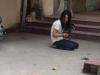 Cô gái trẻ cầm kim tiêm đâm loạn xạ bị đập gậy vào đầu