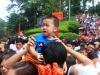 Trẻ con 'khóc thét' giữa biển người xô đẩy nhau vào hội Đền Hùng