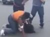 Giành chỗ đỗ xe, vợ xông vào đánh người, chồng đứng ngoài bế con cổ vũ