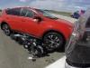 Tay lái bất lực nhìn xe của mình bị nghiền nát dưới gầm ô tô