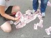 Giận người yêu, nữ đại gia vứt cả túi tiền ra đường
