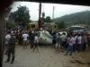 Xe container lật ngửa giữa đường, tài xế và phụ xe đập cửa cabin kêu cứu