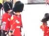 Video: Lính gác của Nữ hoàng Anh trượt chân ngã nhào trước mặt khách