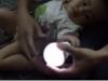 Xôn xao clip bé trai ở Thanh Hóa có khả năng phát sáng bóng đèn?