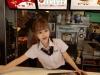 Nữ nhân viên phục vụ McDonald gây sốt vì quá xinh đẹp