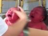 'Rùng mình' xem clip tắm cho bé 1 ngày tuổi còn đỏ hỏn