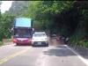 Vượt ẩu trên đường đèo đông đúc, ô tô gây tai nạn nguy hiểm