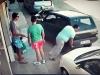 Người đàn ông đưa ô tô ra khỏi chỗ đỗ bằng cách...nhấc bổng