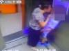Cụ bà 'cưỡng hôn' trai trẻ trong thang máy