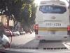 Sang đường không đúng vạch, người đi bộ bị taxi vượt ẩu húc ngã