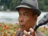 Ông cụ 71 tuổi chơi đàn Banjo bên hồ Gươm