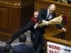 Nghị sĩ Ukraine nhấc bổng thủ tướng dẫn đến ẩu đả dữ dội