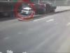 Ô tô con bị hai container kẹp nát trong tích tắc