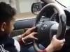 Video: Bố mẹ cho bé trai 5 tuổi lái xe ô tô giữa phố Hà Nội