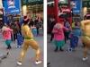 Cụ bà U90 nhảy múa cùng thanh niên giữa trung tâm thị trấn