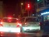 Taxi vượt đèn đỏ khiến người đi bộ phải nhảy ngược lên vỉa hè