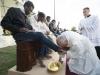 Video: Giáo hoàng rửa và hôn lên chân người tị nạn