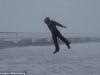Người đàn ông bị thổi bay khi ngược gió 175km/giờ