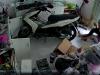 Nữ chủ quán chống cự quyết liệt khiến 2 tên cướp vứt xe bỏ chạy