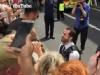 Video: Nam cảnh sát bất ngờ quỳ gối cầu hôn bạn trai giữa buổi diễu hành