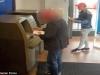 Nam thanh niên giả phát tờ rơi 'cuỗm' tiền tại cây ATM