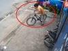 Video: Tên trộm loay hoay 'vần' chiếc xe máy ra ngoài để... trộm xe đạp