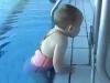 Video: Em bé mới 21 tháng tuổi biết bơi cực siêu