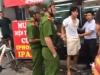 Thanh niên cướp điện thoại bị dân bắt tại trận giao cho công an