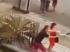Cảnh sát dùng võ nghệ cao cường quật ngã cô gái cầm dao định tự sát