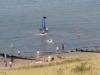 Máy bay lao xuống biển, người trên bờ đổ xô xuống cứu phi công
