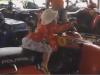 Người lớn reo hò, cổ vũ bé gái 3 tuổi lái xe địa hình trên cát