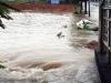 Hai thợ hồ nhảy xuống dòng nước 'tử thần' cứu một phụ nữ đang bị cuốn trôi