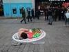 Người phụ nữ không mặc đồ nằm giữa phố phản đối giết gà tây trong lễ Giáng sinh