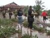 Khách Tây giúp dân Huế dọn dẹp sau mưa lũ