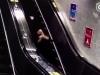 Video: Đi giày cao gót, cô gái ngã lộn vòng trên thang cuốn