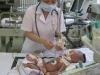 Dùng dao lam cắt rốn, bé sơ sinh nguy kịch vì bị uốn ván
