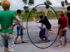 Phát hiện người tiểu bậy, nhóm côn đồ đuổi đánh rồi cướp xe
