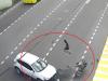 Cảnh sát phi thân từ ô tô đốn ngã biker trong nháy mắt