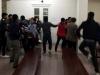 Gia đình bị cáo và bị hại ẩu đả náo loạn ngoài phòng xử án