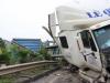Xe container nổ lốp đâm xe chở công nhân Samsung