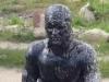 Chàng trai người Nga 'chơi ngông' nhảy xuống bể dầu đen ngòm