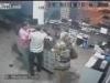 Nam nhân viên nhanh tay đỡ đứa bé rơi khỏi vòng tay bố