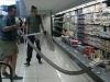 Trăn dài 4m ẩn mình trong tủ lạnh siêu thị khiến nhiều người hoảng hốt