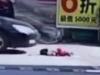 Bé gái Trung Quốc thoát chết thần ký khi bị xe cán qua 2 lần