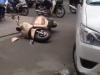 Taxi nổ lốp trước cổng bệnh viện, xe máy nằm la liệt trên đường