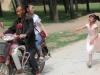 Tết thiếu nhi 1/6: Không muốn xa mẹ, bé gái chạy theo xe 2km sau cuộc đoàn tụ chớp nhoáng