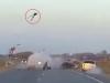 Biker bay vọt lên không trung sau cú đâm trực diện ôtô