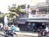 Thanh niên đứng thẳng trên yên xe máy phóng tốc độ cao giữa phố đông người