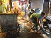 Cảm động câu chuyện người chồng thu gom rác giúp vợ tại phố cổ sau đêm Trung thu