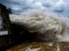 Thủy điện Hòa Bình mở 8 cửa xả lũ liên tiếp, công bố tình trạng khẩn cấp thiên tai